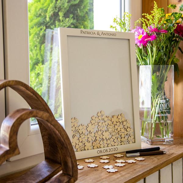 Gästebuch im Rahmen mit Holzkleeblättern