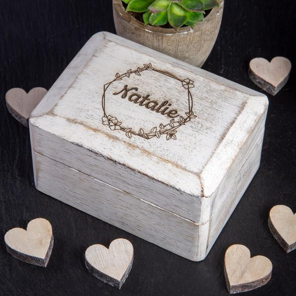Kleine weiße Holzbox mit Gravur