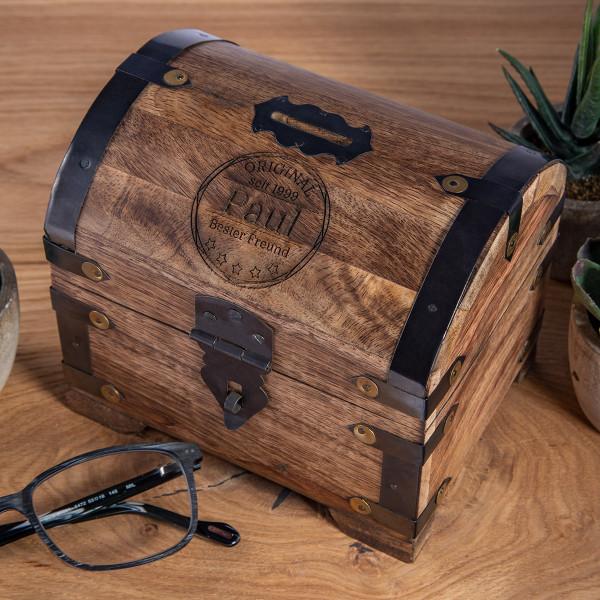 Große Spardose aus Holz mit Gravur und Beschlägen