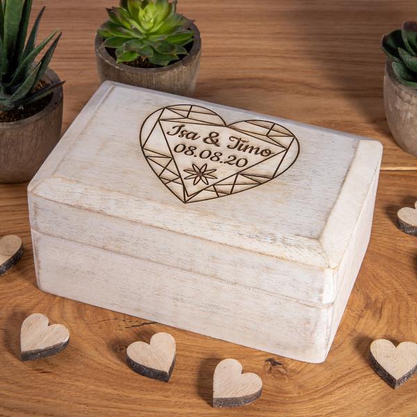 Große weiße Holzbox mit Gravur